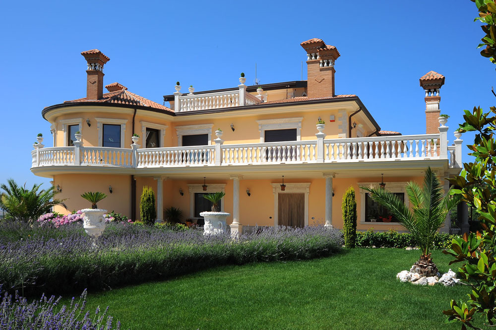 Private home italy versace for Classic home villa collection