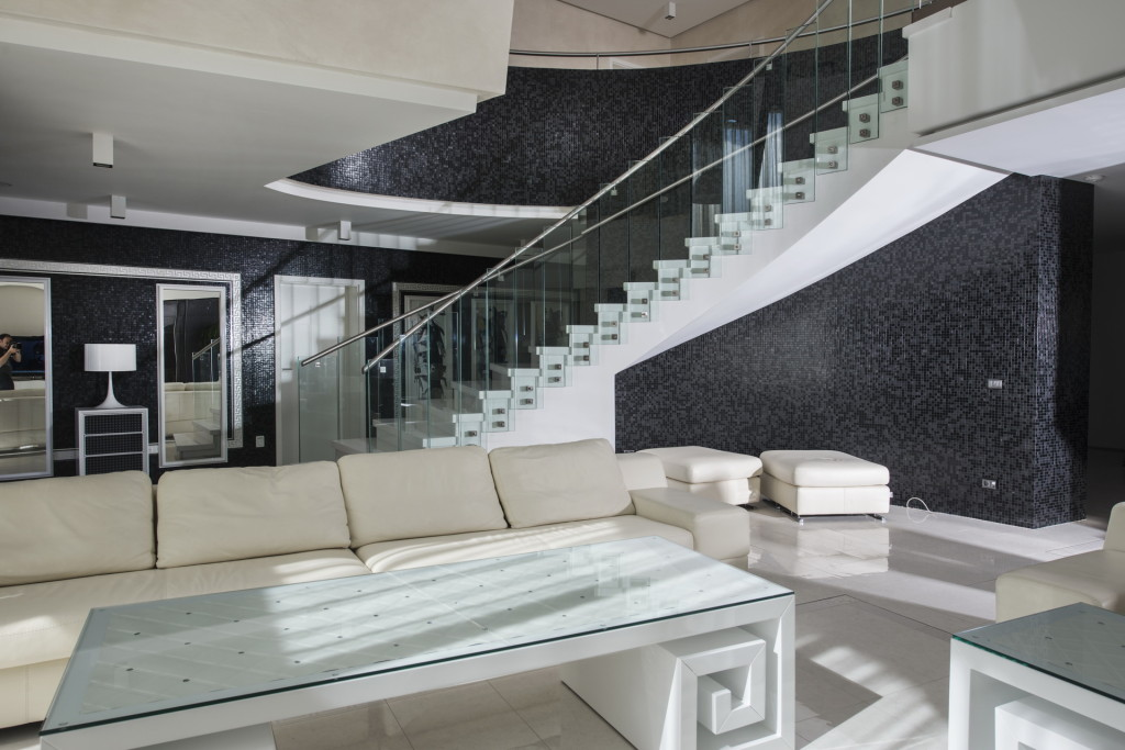 Private home kosovo versace for Carrelage versace